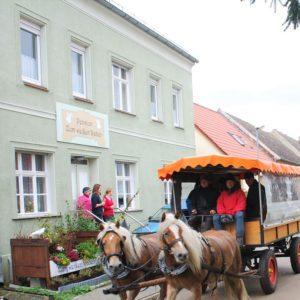 Kremser und drei Damen vor der Pension zum weißen Raben (Rabenstein/ Fläming)