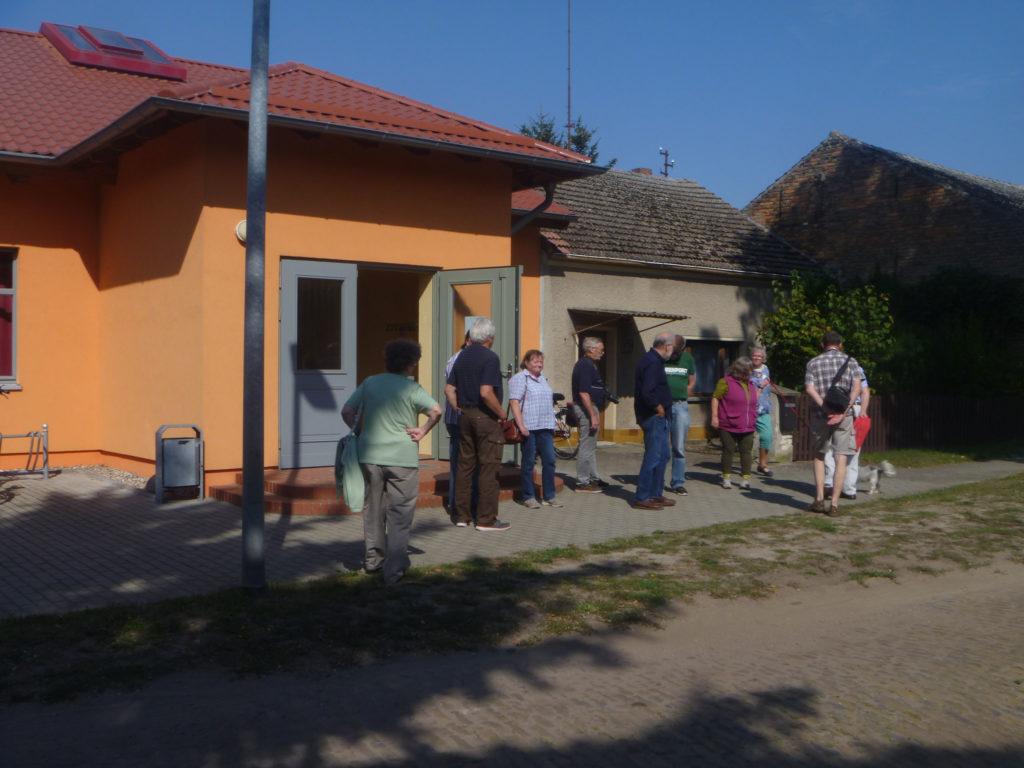 Ortschronisten stehen vor dem Gemeindezentrum Freienthal