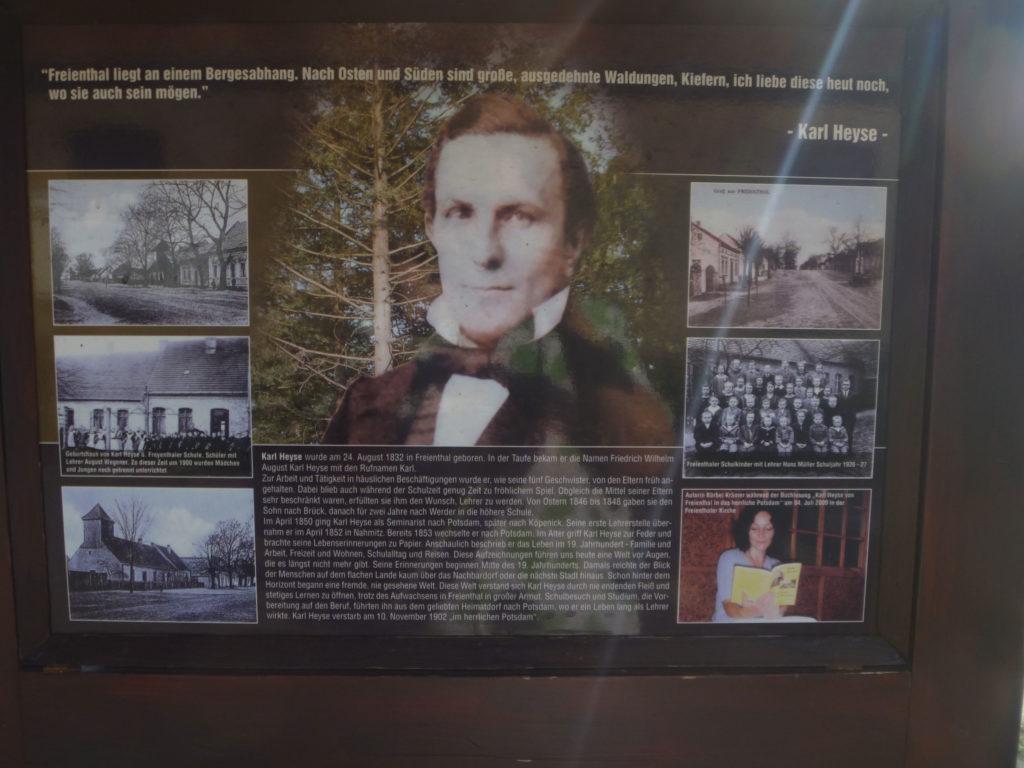 Blick auf die Gedenktafel des Lehrers Karl Heyse vor dem Freienthaler Schul-und Bethaus