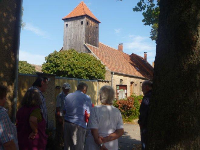 Ortschronisten der Chronistenvereinigung Potsdam-Mittelmark e.V. stehen vor demFreienthaler Bethaus